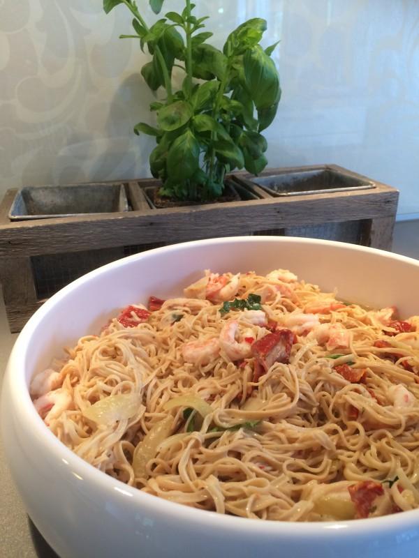 Blanda såsen med pastan i en stor serveringsskål.