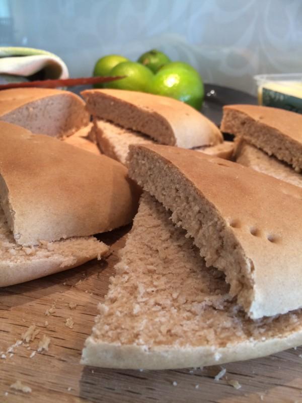 Låt brödet svalna något och skär upp i valfritt antal bitar, här 8 bitar som sedan i sin tur delas.