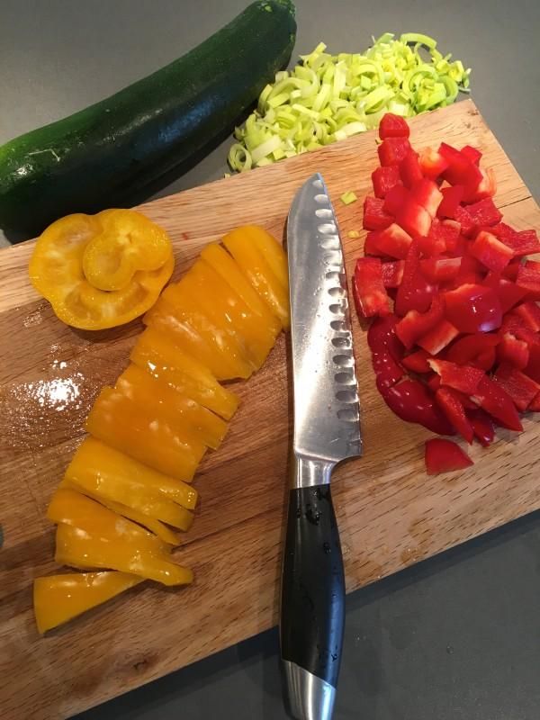 Strimla grönsakerna medan kycklingfiléerna svalnar något.
